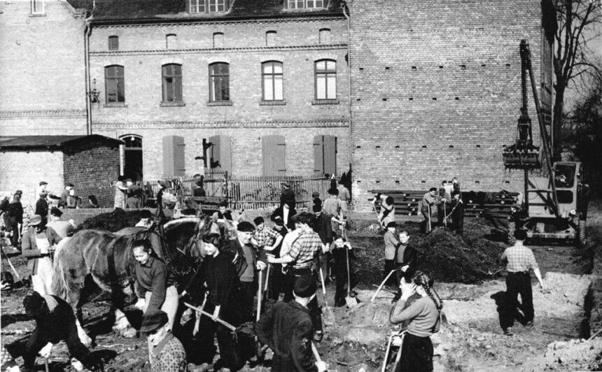 schüler und lehrer im n a w beim schul-erweiterungsbau 1960